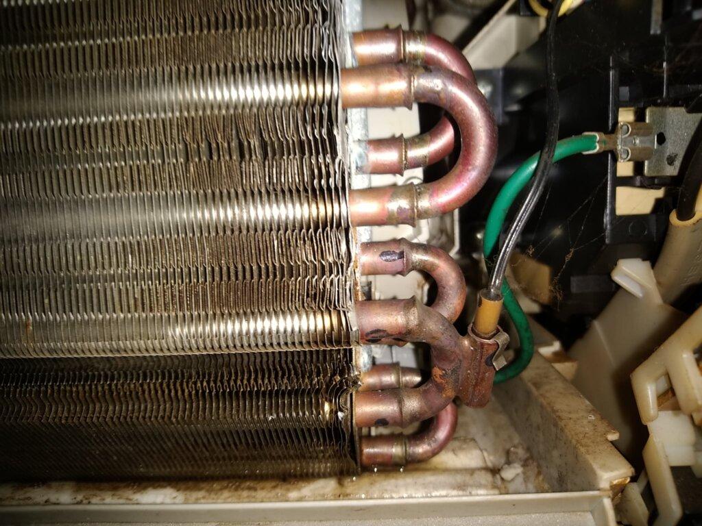 「室内機のドレンパンなど」に溜まった水滴が原因でエアコンにカビが生える!